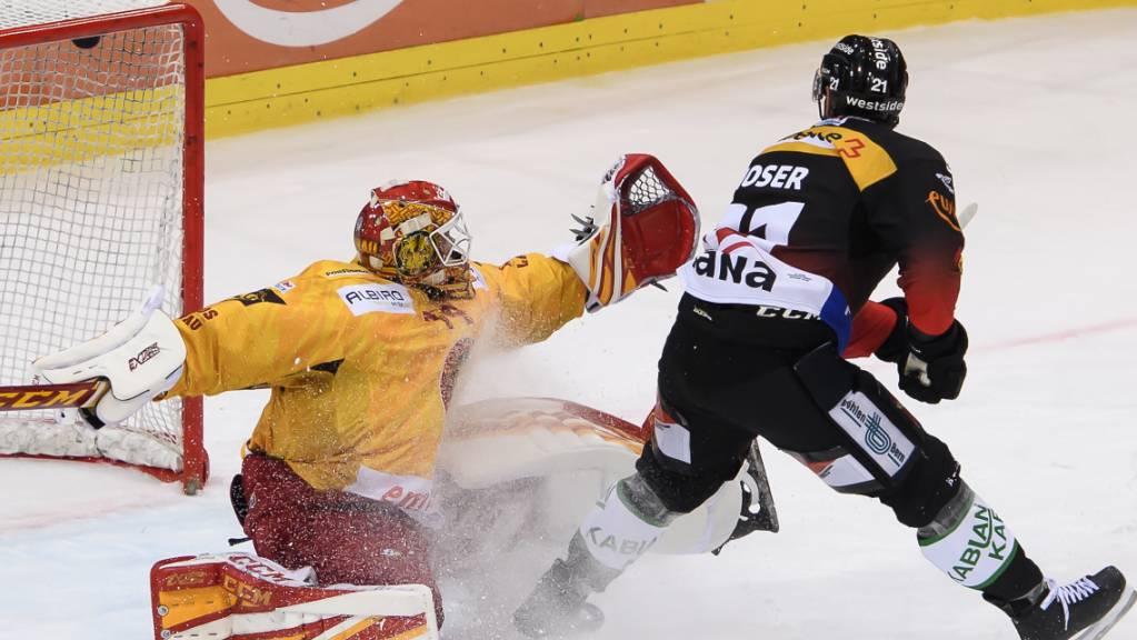 Berns Simon Moser bezwingt hier den Langnauer Goalie Ivars Punnenovs.
