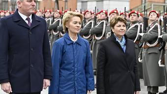 Verteidigungsministerin Viola Amherd (r) beim Sicherheitspolitischen Jahresauftakt 2019 in Wien: Auf ihrer ersten Auslandsreise traf sie mit Österreichs Verteidigungsminister Mario Kunasek (l) und Deutschlands Verteidigungsministerin Ursula von der Leyen (m) zusammen.