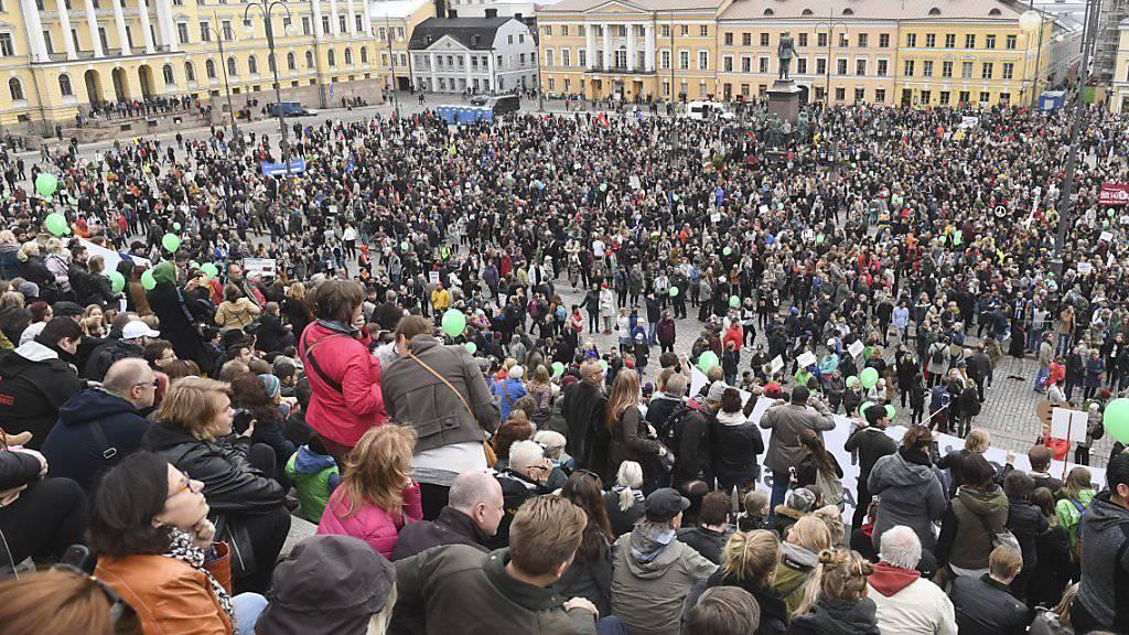 Auf dem Senatsplatz in Helsinki gedachte die Menge eines 28-Jährigen, der von Neo-Nazis misshandelt wurde und an den Folgen seiner Verletzungen gestorben war.