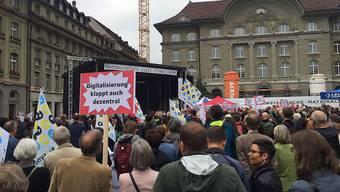 Rund 1000 Medienschaffende haben am Donnerstagabend in Bern für eine mediale Vielfalt protestiert.