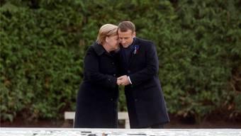 Angela Merkel und Emmanuel Macron beim Besuch der Lichtung von Rethondes, wo Deutschland und Frankreich 1918 den Friedensvertrag unterzeichnet hatten. P. Wojazer/Key