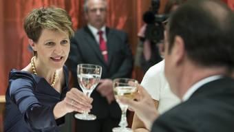 Simonetta Sommaruga stösst mit François Hollande an.