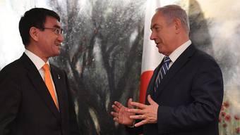 Israels Premierminister Benjamin Netanjahu (rechts) im Gespräch mit Japans Aussenminister Taro Kono.