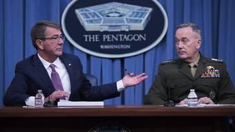 """Cyberkrieg gegen Dschihadisten: Verteidigungsminister Carter (l.) und Generalstabschef Dunford sprechen von """"neuen"""" und """"überraschenden"""" Methoden."""