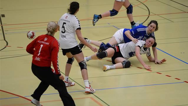 Basels Eliane Estermann (blaues Shirt) sucht mit vollem Körpereinsatz den Abschluss.
