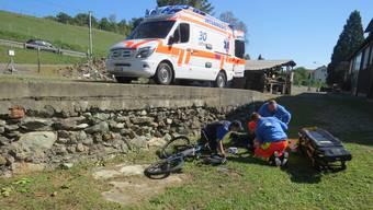 EIn 67-jähriger E-Bike-Lenker stürzte über eine eineinhalb Meter hohe Mauer und verletzte sich schwer.