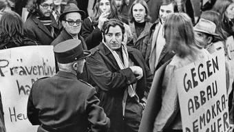"""Im Shop-Ville in Zürich demonstriert die linksorientierte Szene 1972 """"gegen den Abbau demokratischer Grundrechte""""."""
