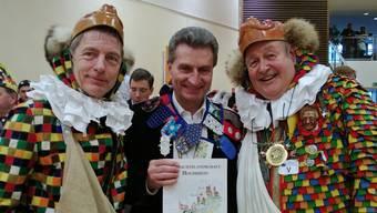 René Leuenberger (Laufenburg Schweiz), EU-Energiekommissar Günther Oettinger und Karl Mutter (Laufenburg Baden; von rechts) informieren in Brüssel über die Zünfte am Hochrhein. zvg