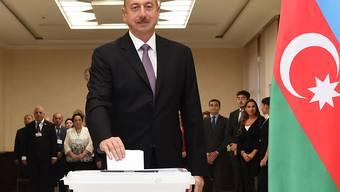 Aserbaidschans Präsident Ilham Aliyev bei der Stimmabgabe in Baku.