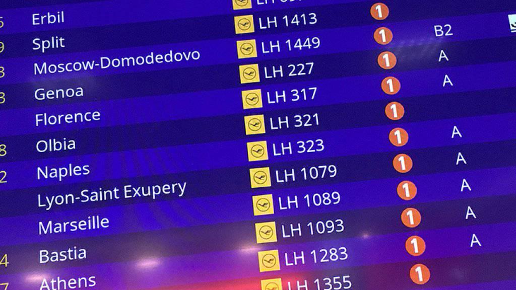 Eine Anzeigetafel auf dem Internationalen Flughafen von Frankfurt am Main zeigt die Landung des Lufthansa-Fluges aus dem nordirakischen Erbil (oben) an. An Bord der Maschine befand sich nach Medienangaben der Iraker Ali B., der Tatverdächtige im Fall Susanna.
