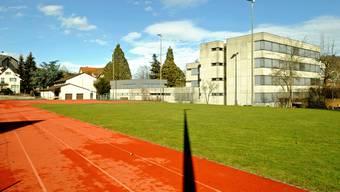 Symbolbilder fuer Sportpreis stark in Frenkendorf, Foto Kenneth Nars: Die Sekundarschule in Frenkendorf mit dem Sportplatz im Vordergrund.