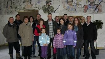 Mit dem Bauherrn Rudolf Ammon (Mitte) und der Tanzleiterin Denise Baumgartner (rechts daneben) freuen sich Nachbarn und Gäste auf die Eröffnung der Dance Art Academy. PWb