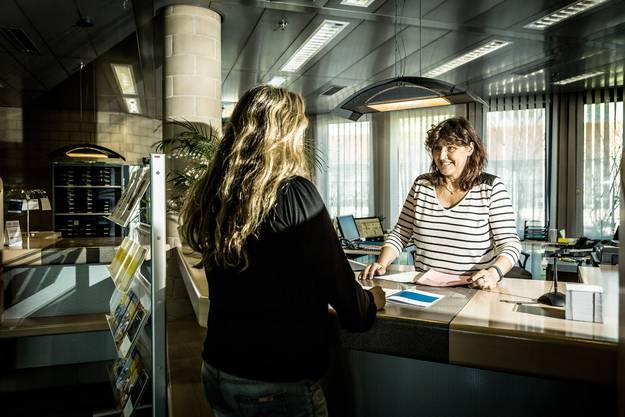 Empfang: Kornelia Eckstein, Mitarbeiterin Administration, mit einer Klientin.