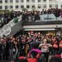 Aktivisten haben am Samstag ein Einkaufszentrum in Paris besetzt und teils für chaotische Zustände gesorgt.