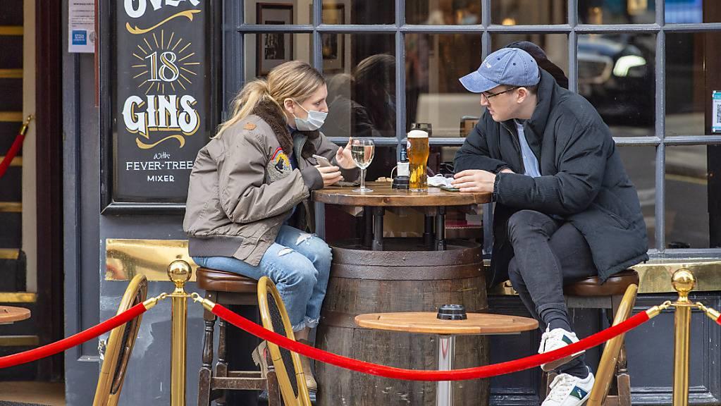 ARCHIV - Gäste sitzen vor dem Cock and Lion Pub in Marylebone.  Mehrere englische Städte wollen das Rauchen zunehmend aus der Außengastronomie verbannen. Foto: Dave Rushen/SOPA Images via ZUMA Wire/dpa