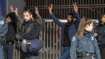 Ausgerechnet sie hat man nicht zu den Verhandlungen nach Genf eingeladen: die Kurden. (im Bild Mitglieder der kurdischen Diaspora in Genf vor der UNO).