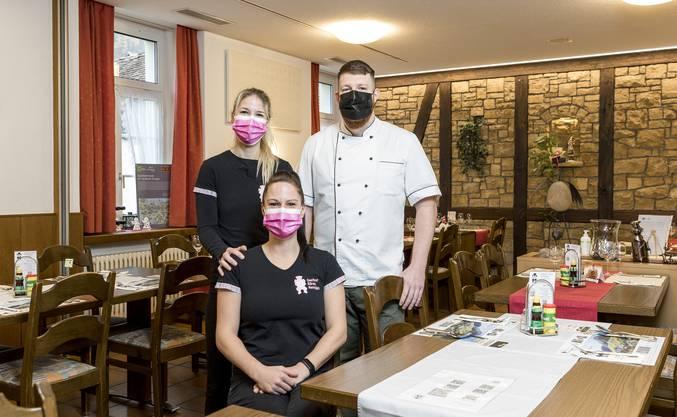 Das «Bären-Team» posiert mit Maske.