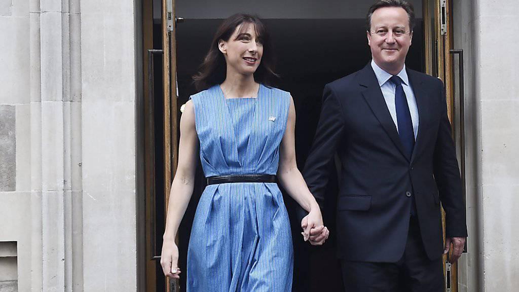 Lächelnd, aber ohne grosse Worte: Der britische Premier David Cameron und seine Frau Samantha kommen aus dem Abstimmungslokal.