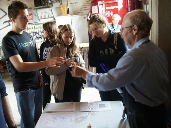 Eine Wandergruppe beim Degustieren im Weinkeller von Peter und Silvia Vogler