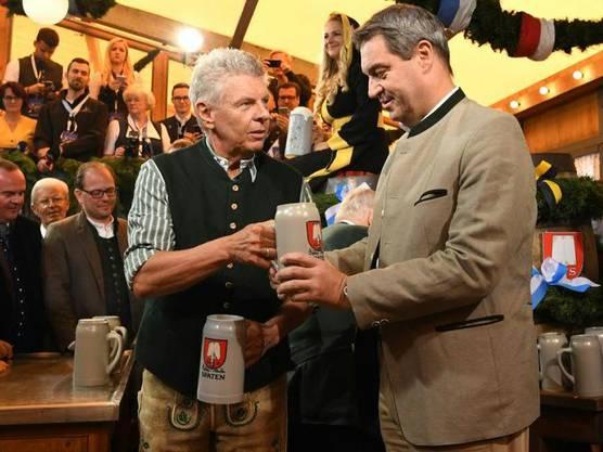 Traditioneller Fassanstich: Oberbürgermeister Dieter Reiter überreicht Ministerpräsidenten Markus Söder eine Mass.