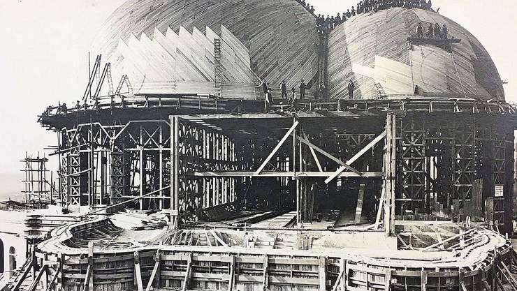 Der erste Holzbau, hier bei der Aufrichtefeier 1914, wurde an Silvester 1922 durch ein Feuer zerstört.