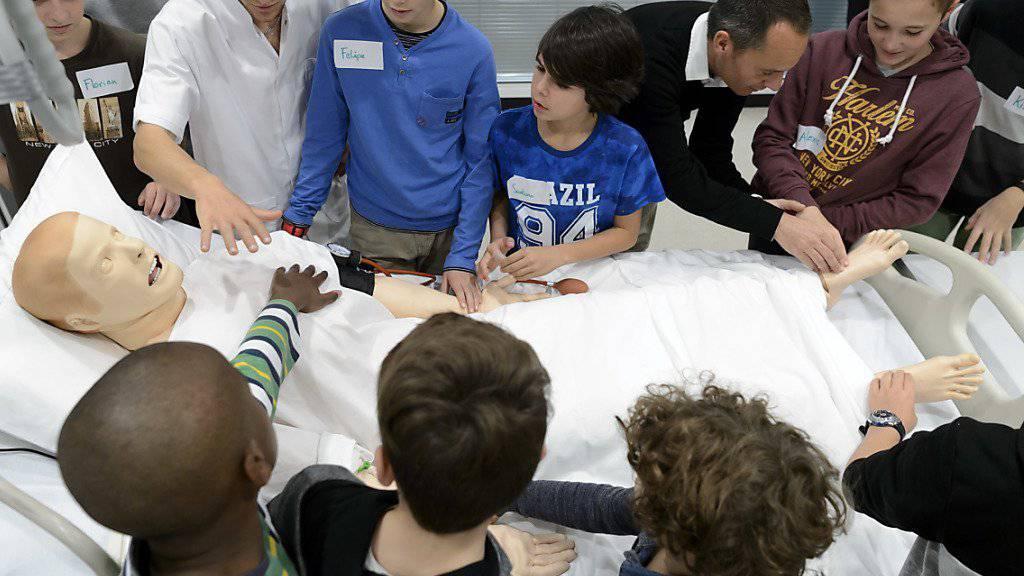Knaben erfahren am Zukunftstag in Lausanne mehr darüber, wie Patienten gepflegt werden.