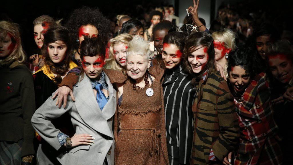 Designerin Vivienne Westwood (Mitte) posiert mit Models an der London Fashion Week im vergangenen Jahr (Archiv)