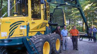 Der gelbe Kraftprotz «Forwarder» hilft den Forstdiensten Lenzia zueiner günstigeren, rationelleren Holzschnitzelernte. HH.
