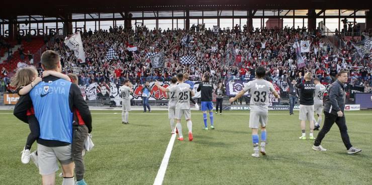 Die Spieler feiern mit den mitgereisten Fans.