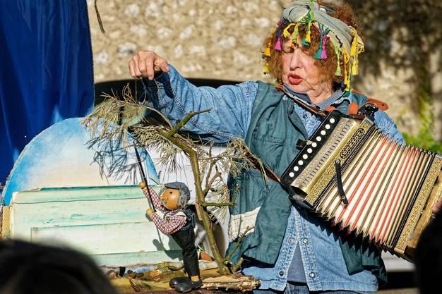 Die Figurenspielerin Veronika Medici erzählte und spielte das Märchen vom Fischer und seiner Frau.