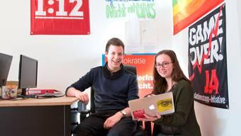 Kämpfen gegen das «Steuerdumping-Festival»: Joël Bühler und Julia Baumgartner in der Liestaler Juso-Zentrale.
