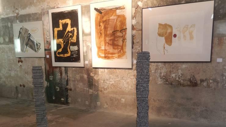 Blick in die Ausstellung. Vorne Pi Ledergerber, hinten Antoni Tàpies.