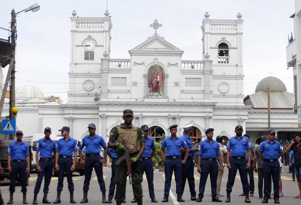 Sicherheitskräfte bewachen die Sankt-Anthony-Kirche in Colombo.