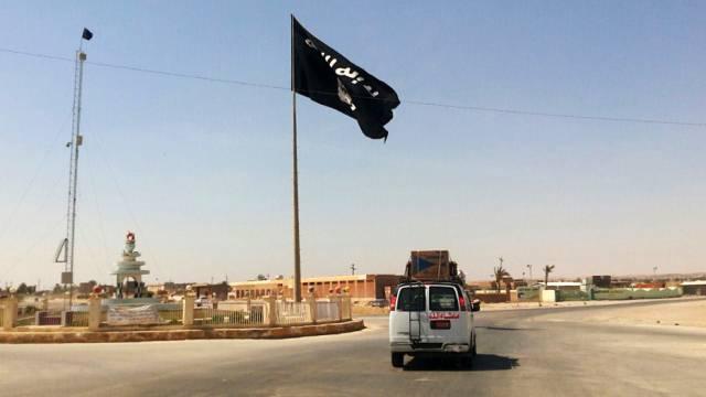 Eine Flagge der IS weht im Irak (Archiv)