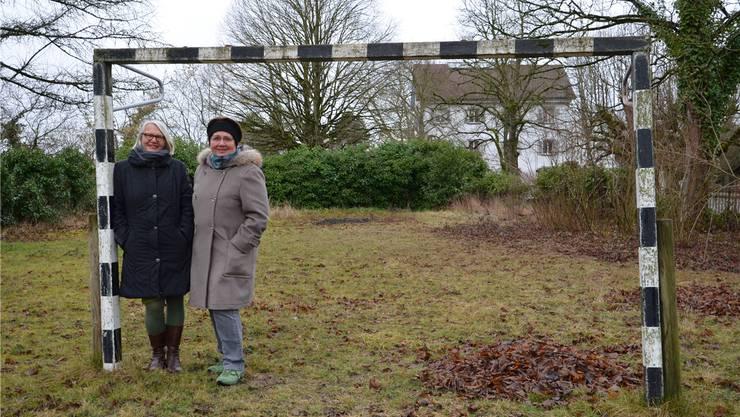 Heute steht ein Tor im Garten des Pfarrhauses – bald wird der brachliegende Garten dahinter von Margrit Schaller (l.) und Ulrike Ehrhardt gemeinsam mit Migrantinnen bewirtschaftet. jam