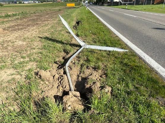 Wohlen AG, 8. Juli: Ein weisser Audi fährt ein Verkehrsschild um, der Fahrer flüchtet. Die Polizei sucht Zeugen.