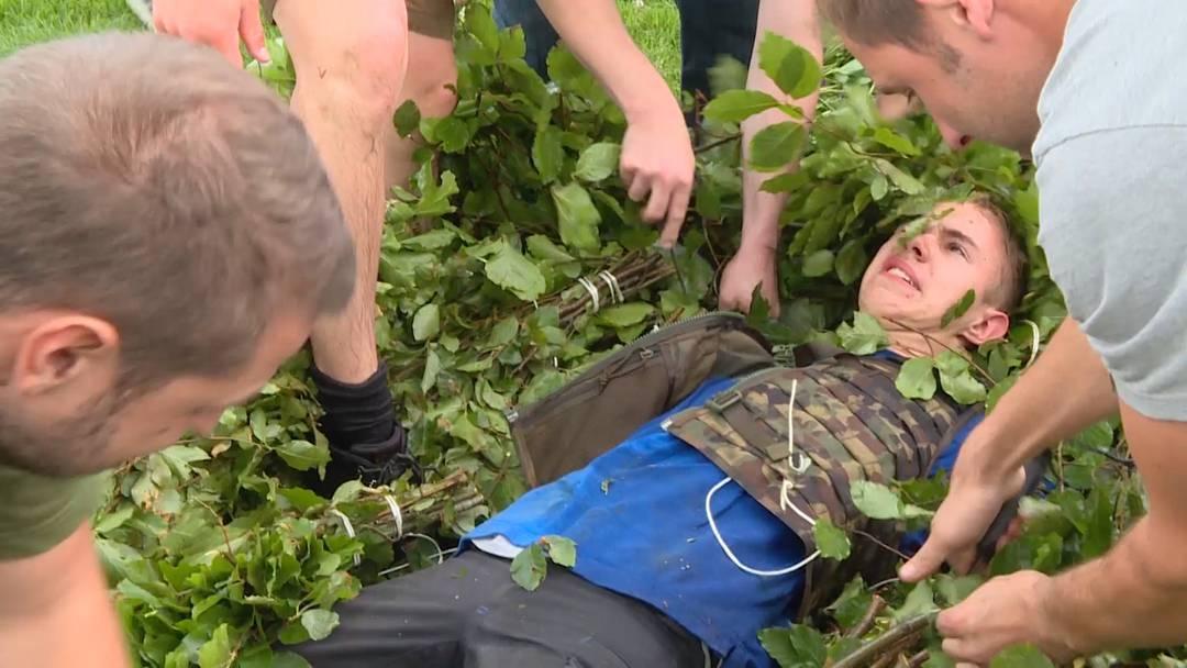 Ein junger Mann im kiloschweren Baum-Kostüm: der wohl härteste Pfingst-Brauch der Schweiz