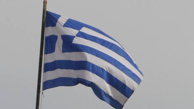 Eine griechische Flagge: Griechenland muss auf die nächste Hilfstranche warten (Symbolbild)