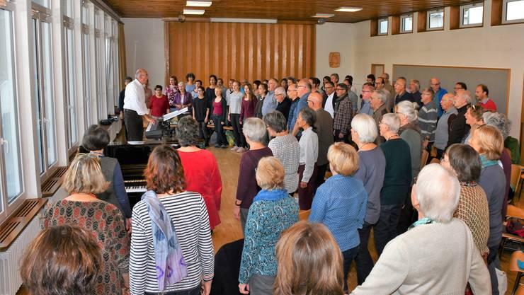Der Chor während der Intensivprobe unter der Leitung von Markus Oberholzer