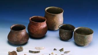 Fundstücke aus der Grabstätte Petit-Chasseur in Sitten, die aus der Glockenbecherkultur stammen. Das prähistorische Tongefäss war in weiten Teilen Europas verbreitet.