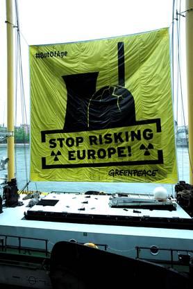Greenpeace will auf die Gefahren von Europas überalterten Atomkraftwerken aufmerksam machen.
