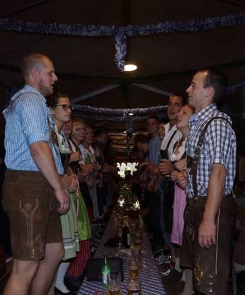 Die Gäste standen auf den Bänken, sangen, tanzten und schunkelten mit.