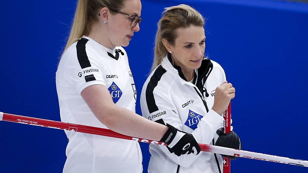 Silvana Tirinzoni (rechts) und Alina Pätz besprechen die Taktik im Match gegen Kanada