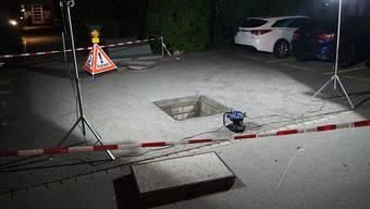 Mehrere Meter durch die Luft geflogen: Ein Kurzschluss führte in der Gemeinde Steinhausen zu einer Druckwelle, die zwei schwere Schachtdeckel abheben liess.