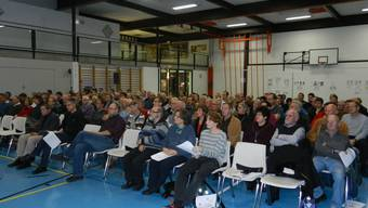 150 Stimmberechtigte nahmen an der Versammlung teil, weshalb sie in der Turnhalle durchgeführt wurde.