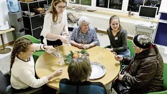 Die drei Studentinnen sind von den Bewohnerinnen des Alterszentrums Klus Park in Zürich gut aufgenommen worden.