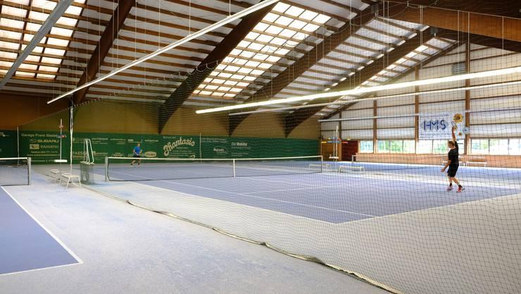 Die Tennishalle Reinach Moos, die der Gemeinde gehört (Archiv)