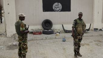 Soldaten aus dem Tschad vor Boko Haram-Flagge in Damasak (Archiv)