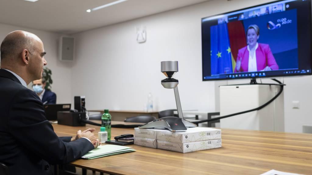 Eine von zahlreichen Videokonferenzen von Bundesrat Alain Berset im Jahr 2020: Die Bundesverwaltung hat durch die Pandemie die Umwelt viel weniger belastet. (Archivbild)