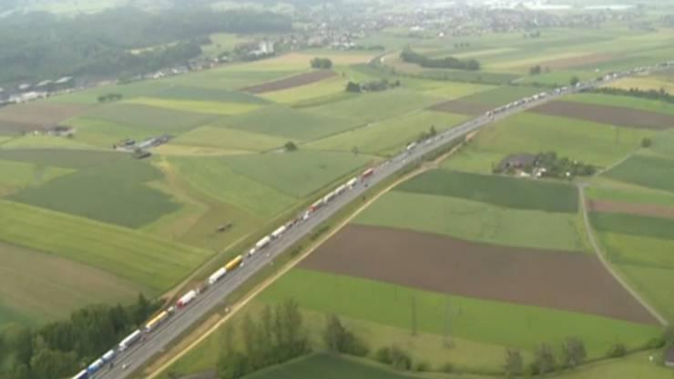 Der Verkehr staut sich in der Region Luterbauch (Aufnahme gegen 15.30 Uhr)
